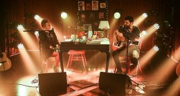 Gülinler ile 'Bir Masada Oturduk' 10. Bölümüne özel mini konser ile Ari Barokas'ı ağırlıyor